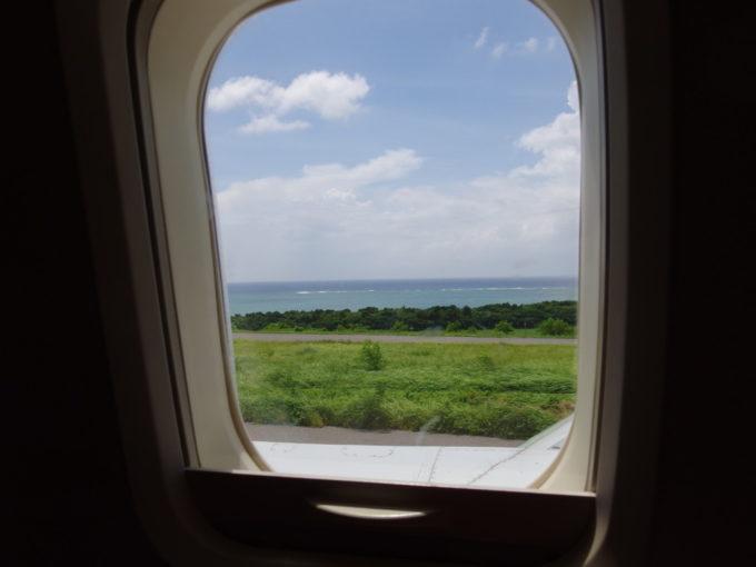 ANA那覇空港行きは海を眺めつつ滑走路へとタキシング