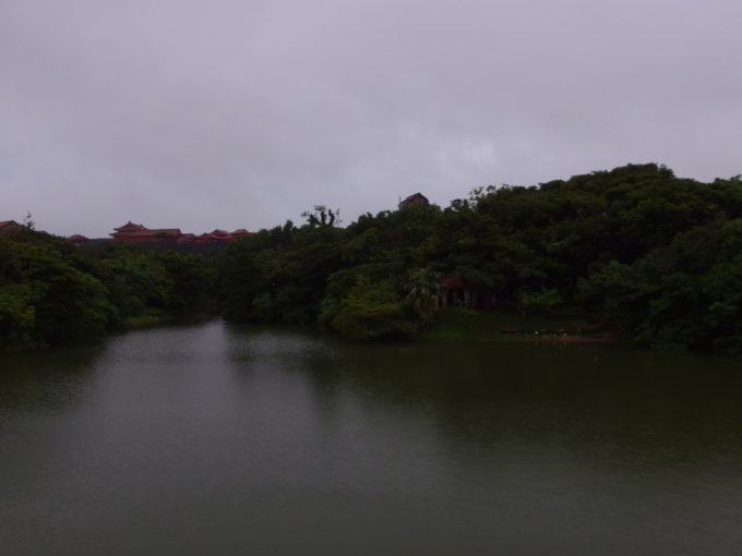 夏の沖縄那覇雨に煙る首里城龍潭