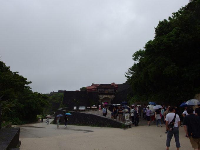 夏の沖縄那覇首里城守礼門をくぐり城内へ