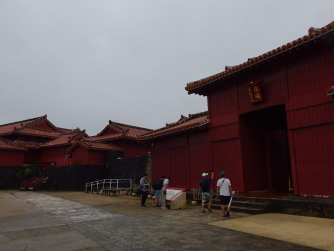 夏の沖縄那覇首里城朱塗りが印象的な広福門