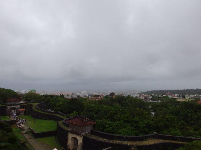 夏の沖縄那覇首里城から眺める那覇の街