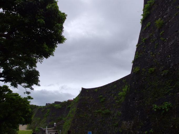 夏の沖縄那覇首里城優雅な曲線美と独特な角をもつ石垣
