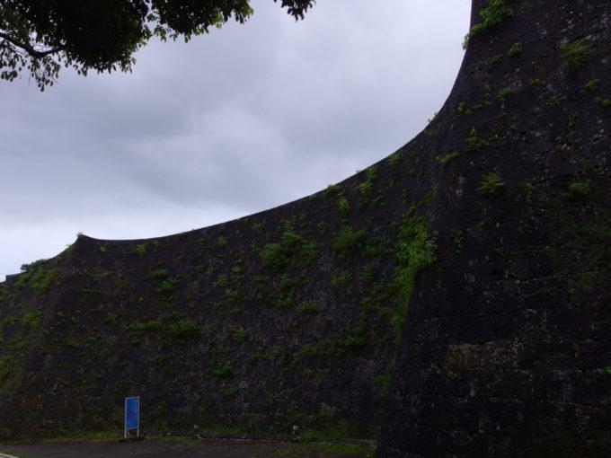 夏の沖縄那覇首里城石垣の独特な曲線美