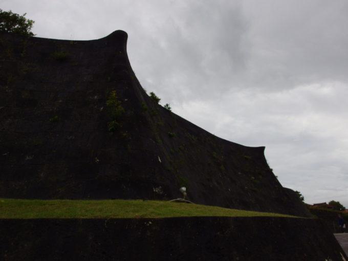 夏の沖縄那覇首里城独特な形状をした石垣