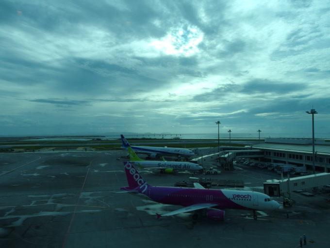 風月那覇空港店から望む飛行機と海
