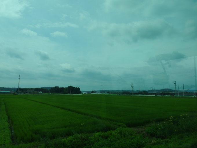 JRバス東北おいらせ号車窓に広がる東北の夏