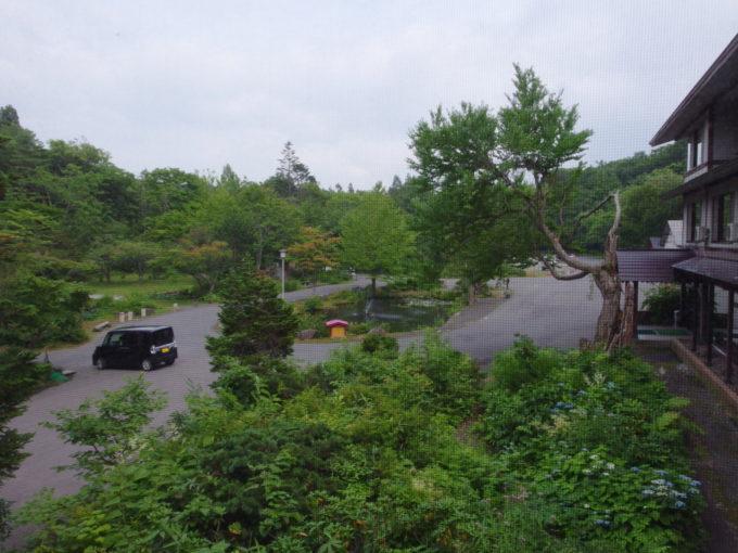 蔦温泉旅館重厚な本館客室から眺める緑
