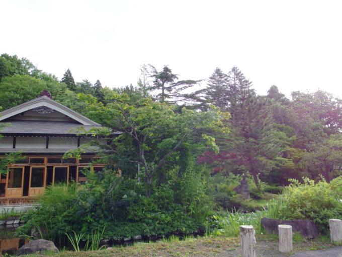 夏の蔦温泉旅館朝日に照らされる渋い木造建築