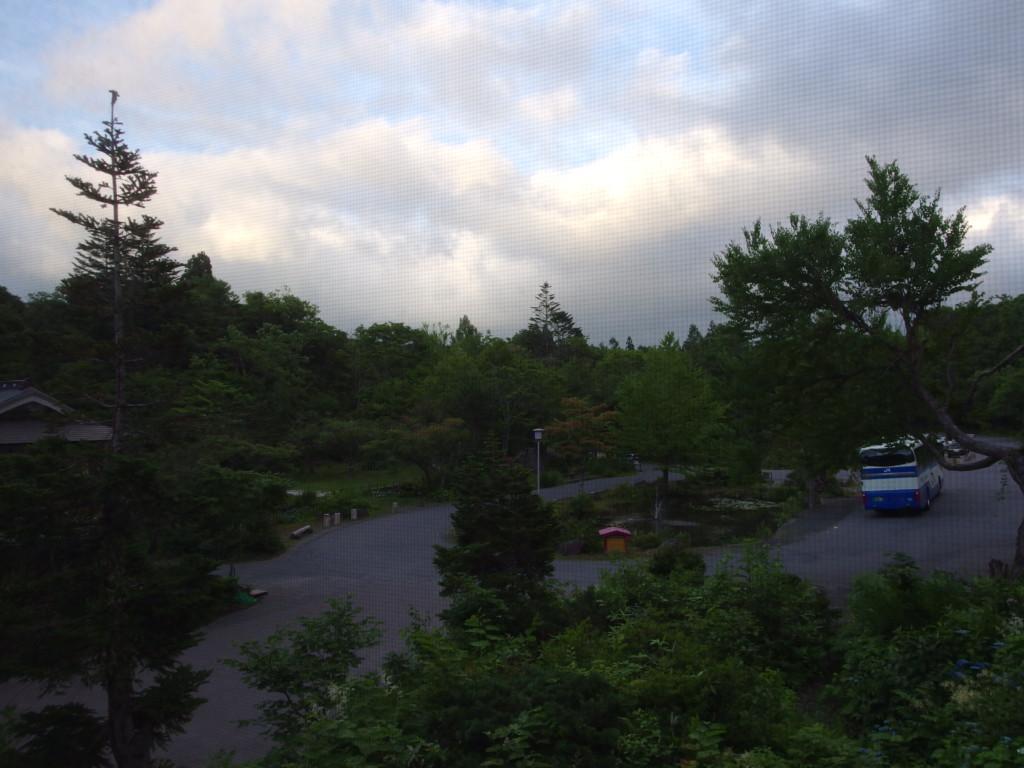夏の蔦温泉旅館客室から眺める夕空