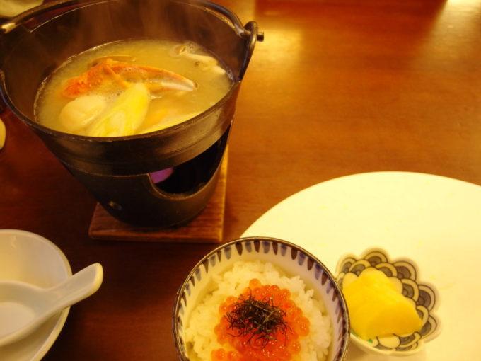 夏の蔦温泉旅館2泊目海鮮鍋味噌仕立てといくら御飯