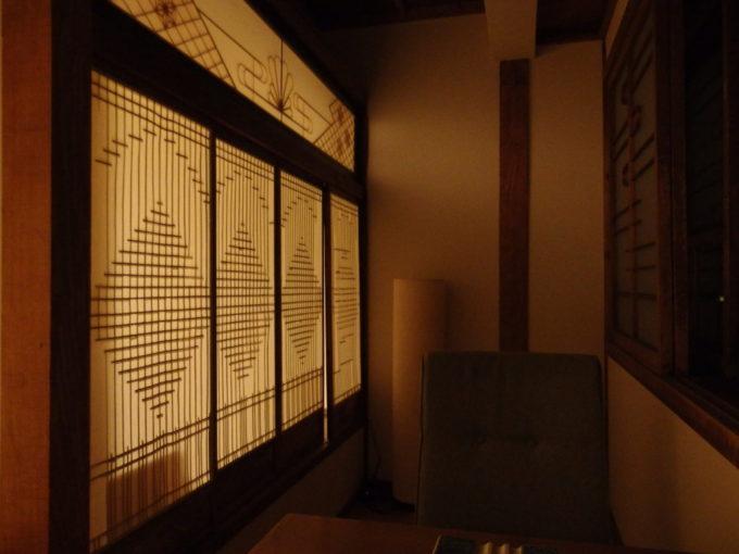 夏の蔦温泉旅館灯りに浮かぶ美しい建具の細工