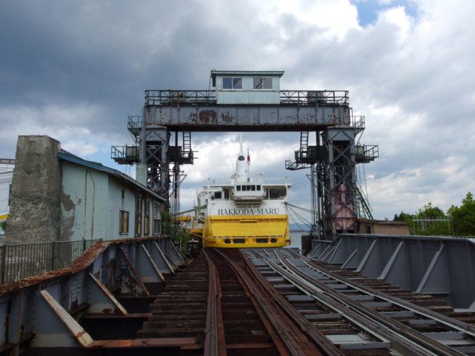 夏の青森可動橋越しに八甲田丸の船尾を眺める