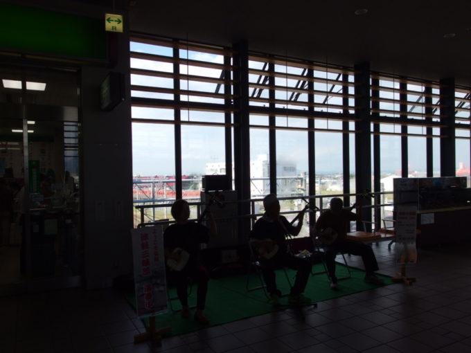 夏の弘前駅で旅人を出迎える津軽三味線生演奏