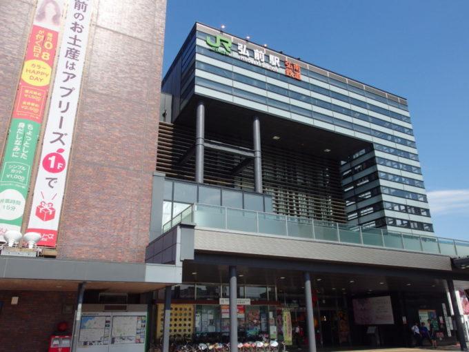 ねぷた開幕を控えた夏の弘前駅