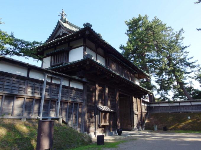 夏の弘前城亀甲門