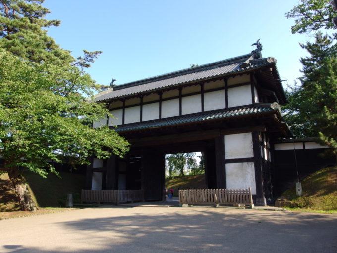 夏の弘前城追手門より城外へ