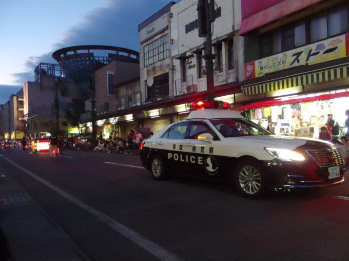 夏の弘前ねぷた祭り白鳥輝く青森県警のパトカーで幕を開ける