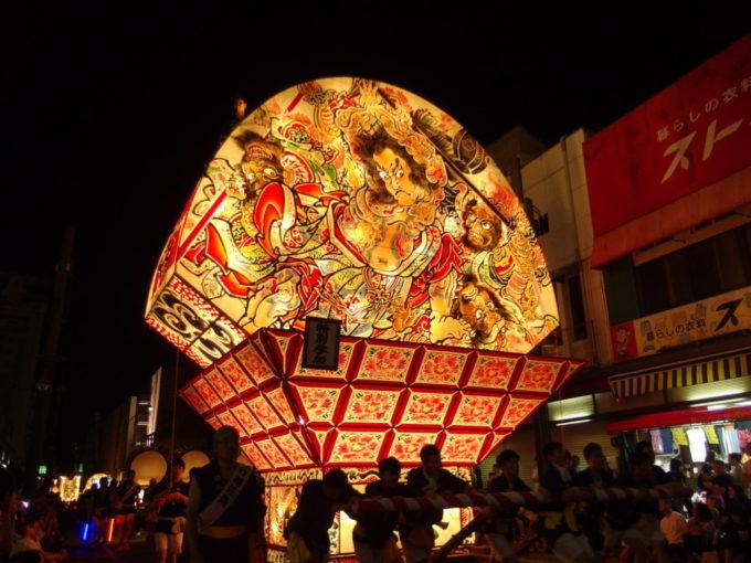 夏の弘前ねぷた祭りビルの3階ほどもある大きなねぷた