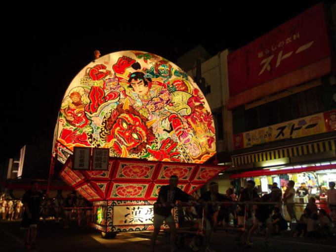 夏の弘前ねぷた祭り鬼を退治する桃太郎