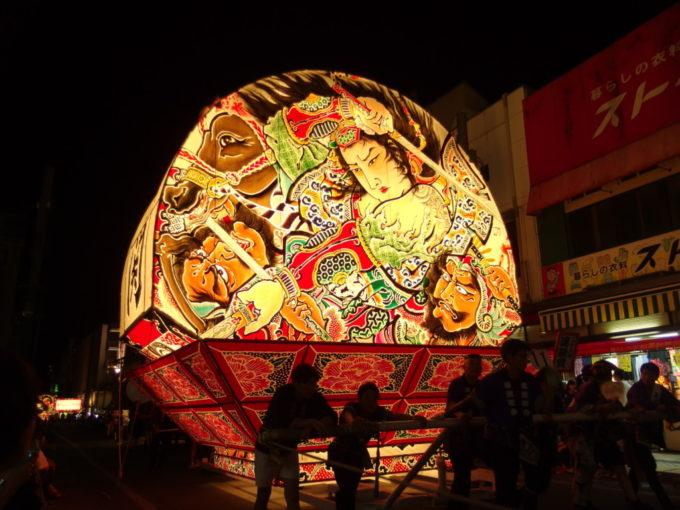 夏の弘前ねぷた祭り夜空を一面照らす大きなねぷた