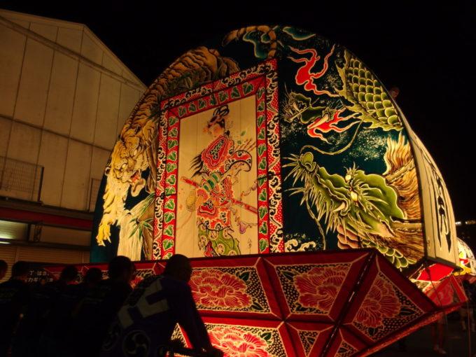 夏の弘前ねぷた祭り夜空に浮かぶ龍と虎