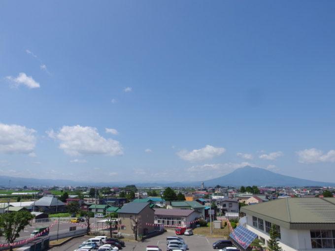 田舎館村役場展望台から眺める雄大な岩木山