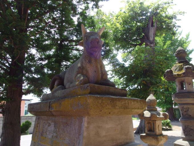 田舎館村生魂神社で参拝者を出迎える牛の石像
