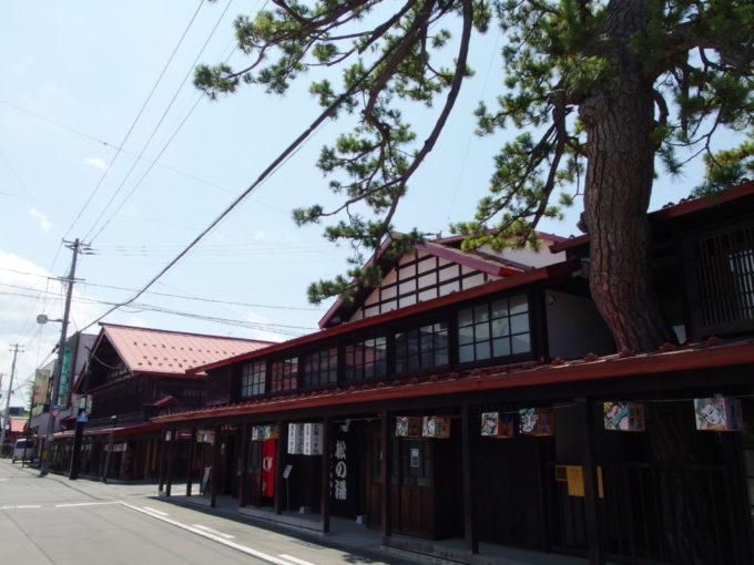 夏の黒石こみせ通り立派な松の生える松の湯交流館