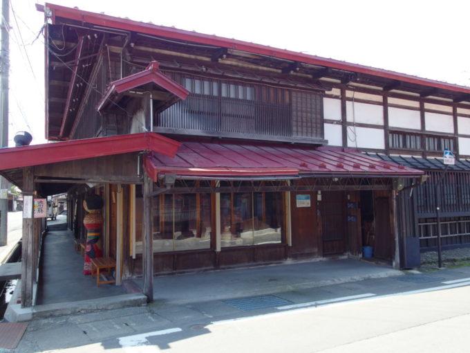 夏の黒石こみせ通り江戸時代藩政時代から続く日本のアーケード