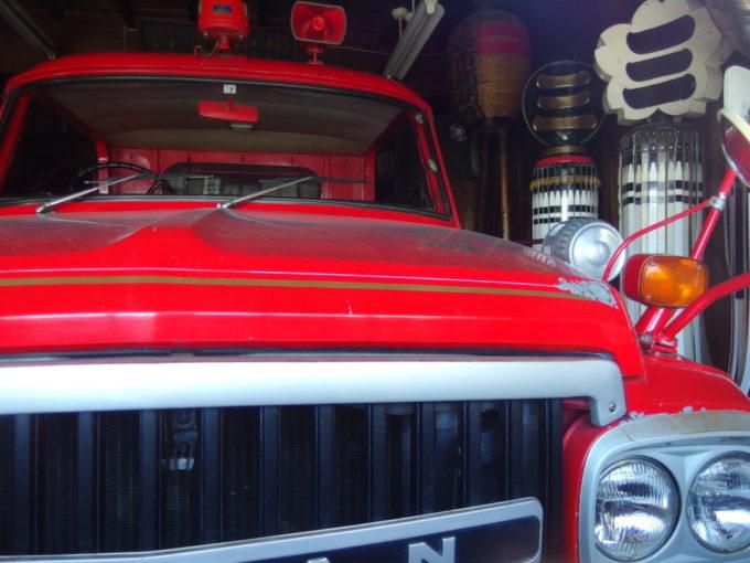 黒石消防団第三消防部のボンネット型消防車と纏