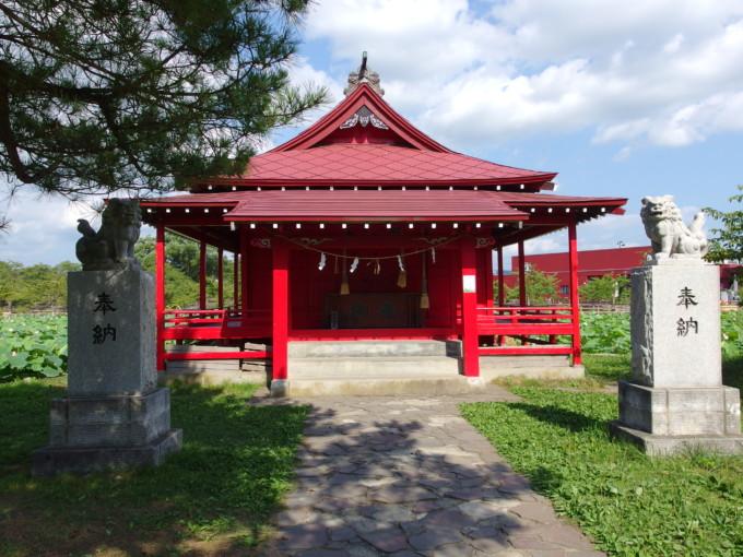 津軽尾上猿賀神社鏡ヶ池に浮かぶ中島に建つ胸肩神社