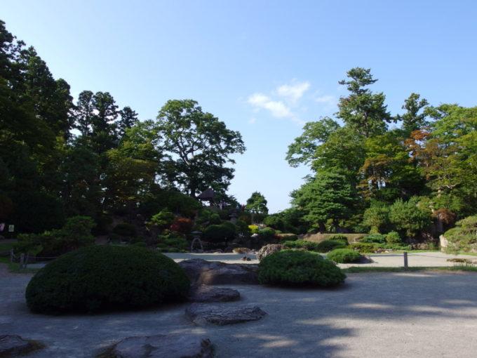 津軽尾上盛美園盛美館の縁側に腰掛け庭園を眺める