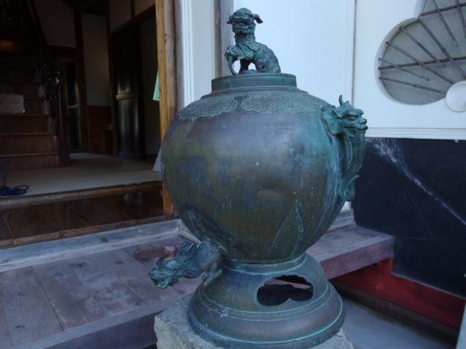 津軽尾上盛美園唐獅子を頂く金属製の水タンク