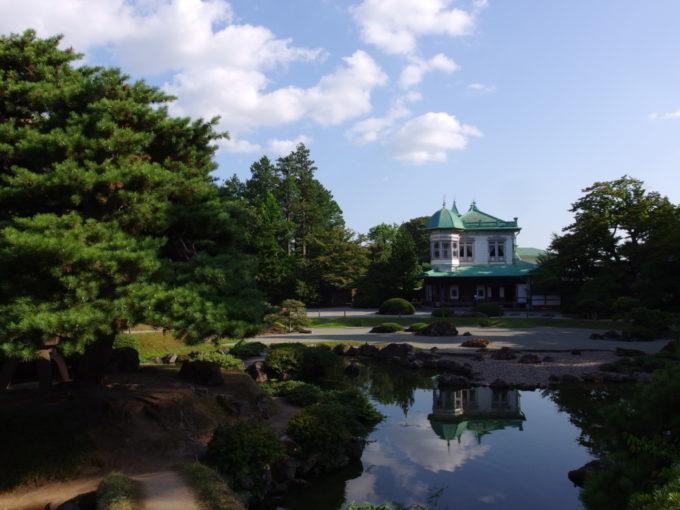 津軽尾上盛美園水面に映る盛美館の優美な姿