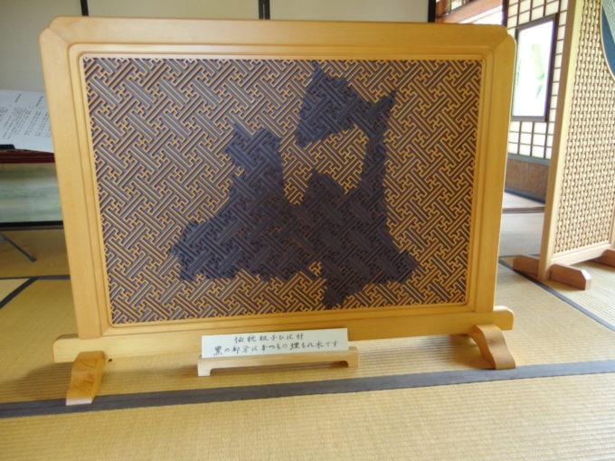 津軽尾上盛美園盛美館玄関で出迎えるひばの組木でできた青森県型衝立
