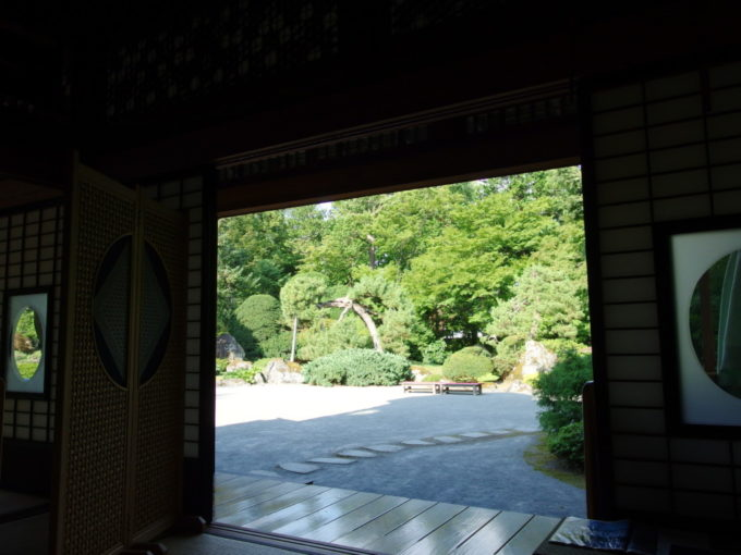 津軽尾上盛美園盛美館から眺める日本庭園