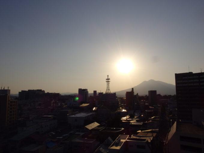 夏の弘前スマイルホテル弘前客室から望む夕日に輝く岩木山