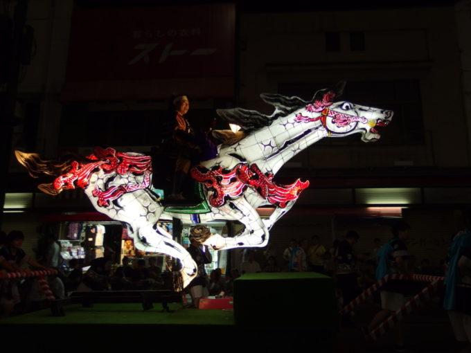 夏の弘前ねぷた夜の街を駆ける騎馬