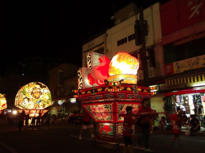 夏の弘前夜の街を優雅に泳ぐ津軽錦