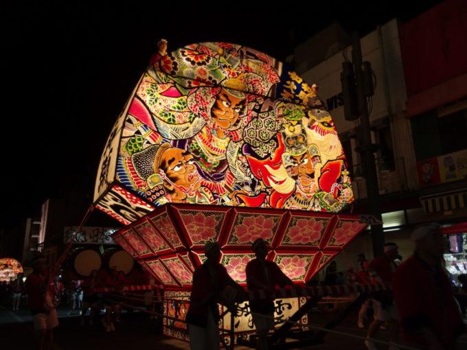 夏の弘前ねぷた鮮やかな色彩で描かれる川中島の戦い