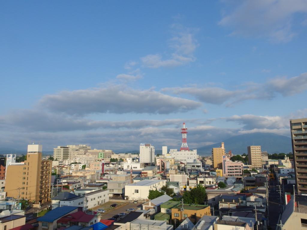 夏の弘前ホテルの窓から岩木山に別れを告げる
