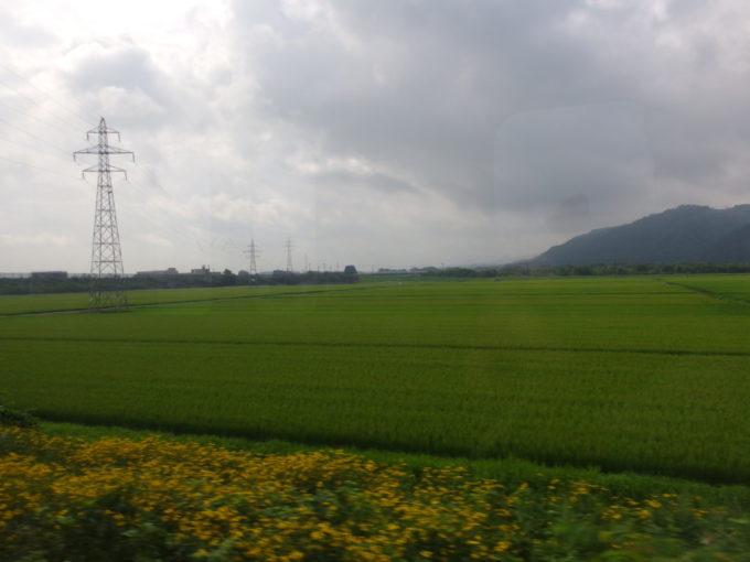 奥羽本線701系車窓から津軽の田園に別れを告げる