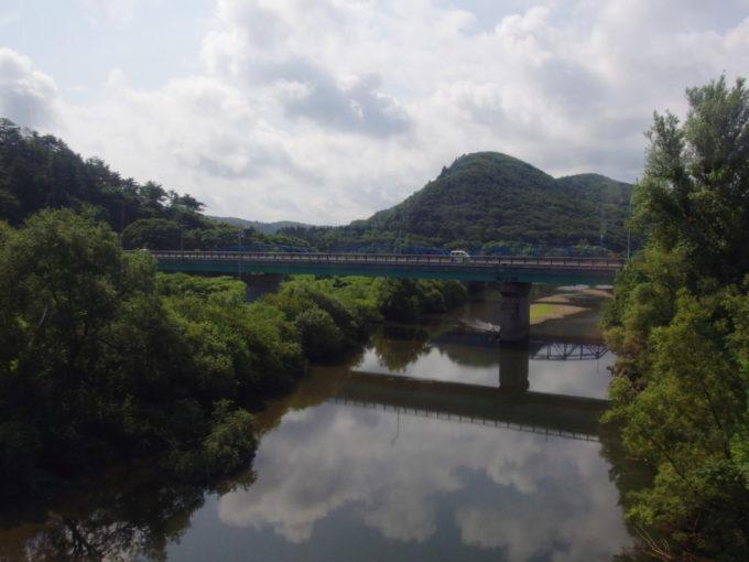 奥羽本線701系の車窓から望む山と川