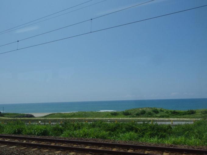 羽越本線車窓から望む青い日本海