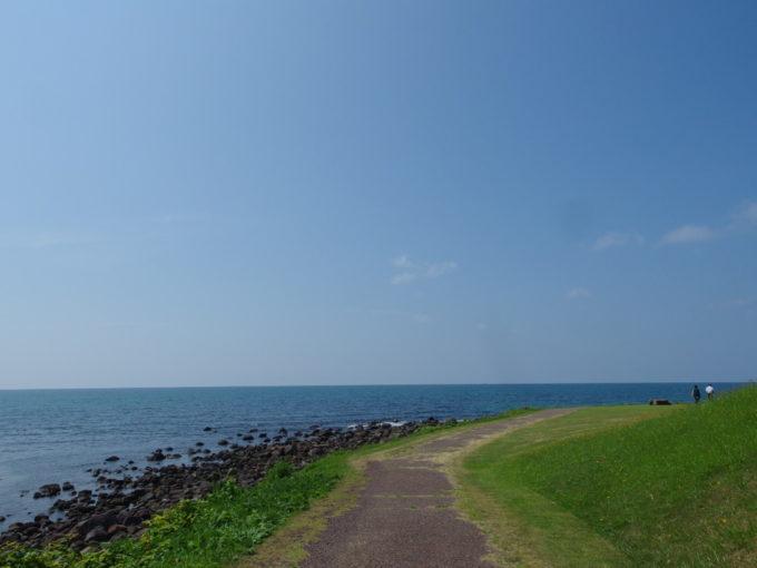 夏の道の駅象潟ねむの丘青い日本海と鮮やかな芝生の対比