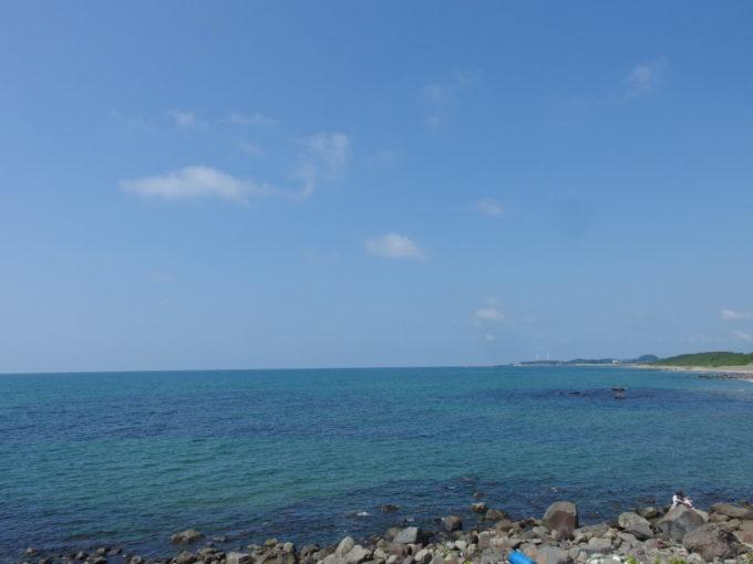 夏の道の駅象潟ねむの丘青い海と遠くに見える風力発電