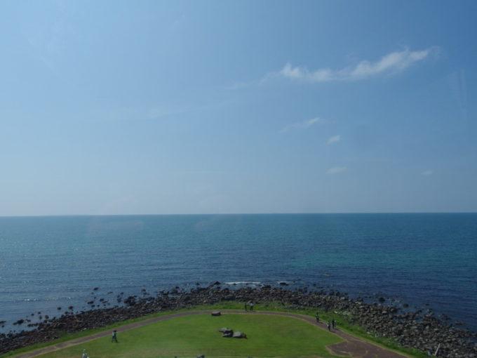 夏の道の駅象潟ねむの丘展望塔から望む海