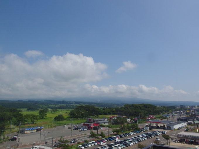 夏の道の駅象潟ねむの丘展望塔からうっすらと見える鳥海山