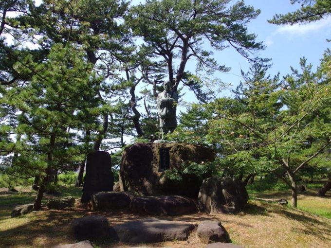 象潟九十九島めぐり蚶満寺に建つ松尾芭蕉像