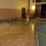 金浦温泉学校の栖白い濁り湯が満たされる大浴場